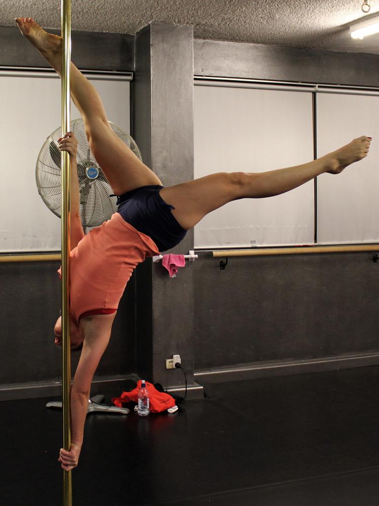 Pole dance dee rida   Erotic gallery)