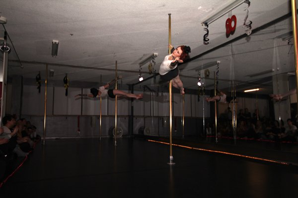 Sisters Jane and Renee performing a duo pole act at Studio Verve's Open Night